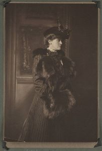 406px-Edith_Newbold_Jones_Wharton_in_hat_with_fur_muff